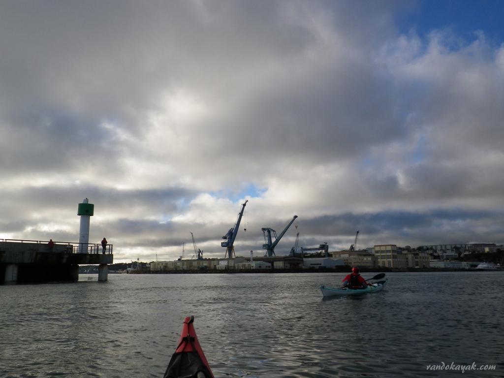 Pratique du kayak de mer pont randonn es en kayak de mer - Surplus militaire brest port de commerce ...