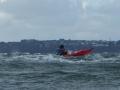 jef-en-kayak-de-mer-dans-les-vagues-croisees