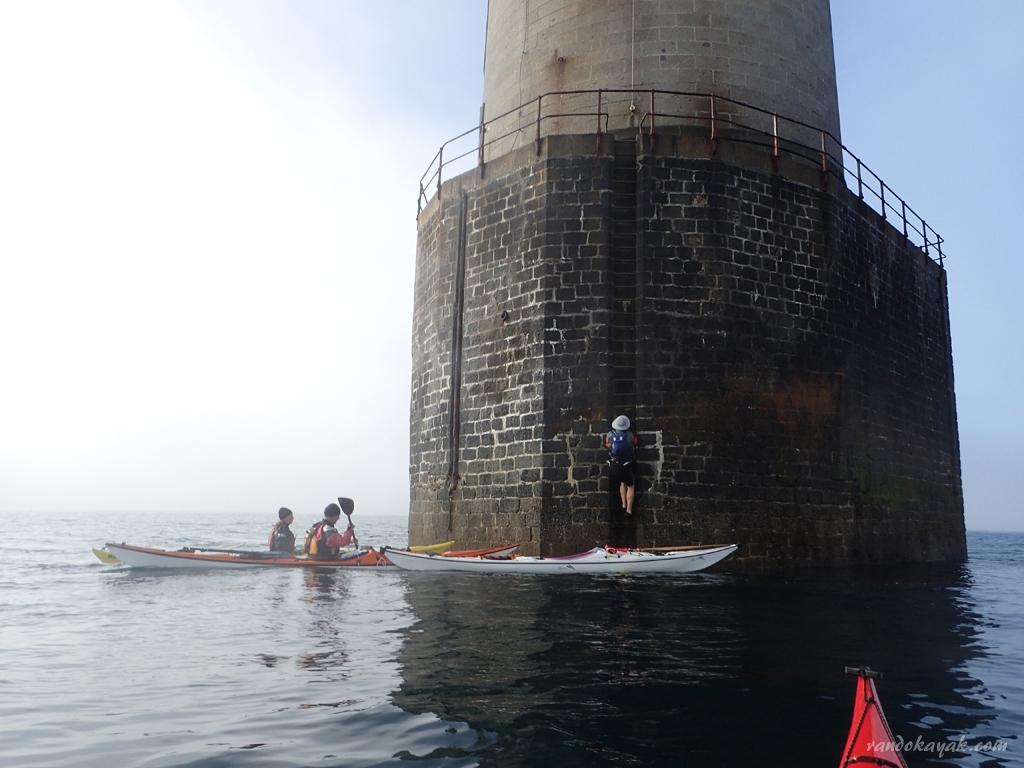 Au phare de Kéréon en kayak de mer.