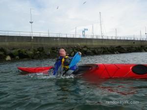 Premier esquimautage lors d'une balade en kayak de mer au port de plaisance de Brest (tête sortie trop tôt).