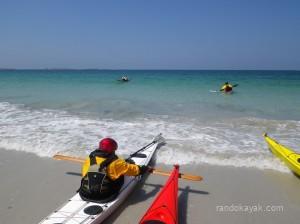 Embarquement en kayaks de mer de randonnée sur la grève de Tréompan (29)