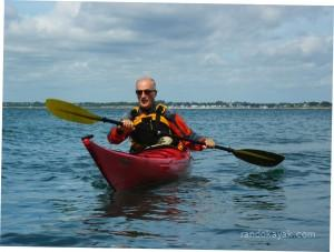 Jef se balade en kayak de mer dans la Baie de Quiberon.