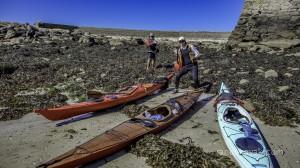 Jef et Olivier devant nos 3 kayaks de mer sur l'île Vierge.