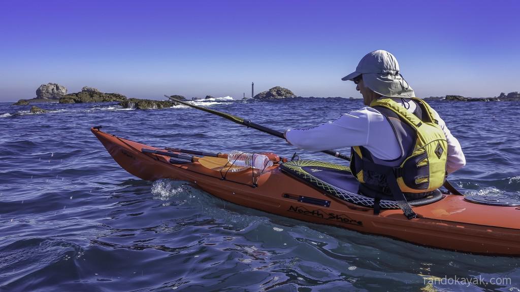 Jef, en kayak de mer, fait route vers l'île Vierge.
