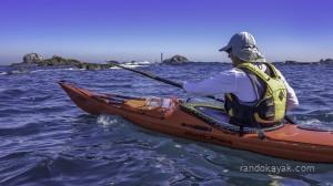 Jef en kayak de mer devant l'île Vierge.