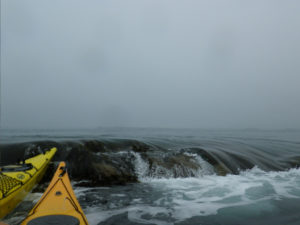 En kayak de mer devant la marche de courant de la Cormorandière