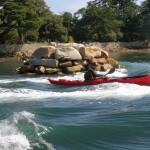 Jef en kayak de mer sur la vague de Berder.