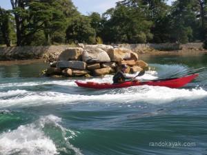 Jef surf la vague de Berder, lors de notre randonnée en kayak de mer dans les courants du Golfe du Morbihan.
