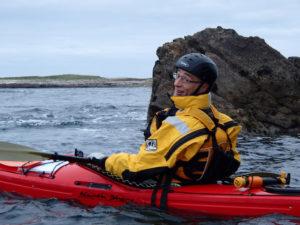 Jef Delcamp au Cromic, en randonnée en kayak de mer dans l'archipel de Molène.