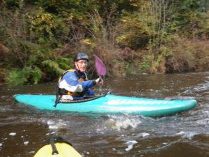 Jef en kayak sur le bas Ellé.
