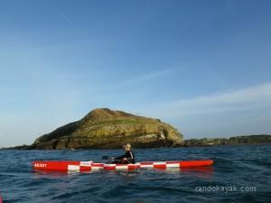 """Kayak surf-ski """"Objectif Lune"""" devant l'île ronde."""