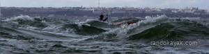 En kayak de mer sur une mer croisée (quand deux systèmes de vagues se croisent) près de l'île Ronde en janvier 2014.