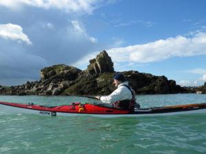 Kayak de mer à Kerarguilis, lors de la randonnée en kayaks autour de Bréhat.
