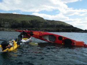 Une récupération en T sur un kayak de mer avec les aspirants moniteurs à Telgruc avec David Appéré et le CDCK29.