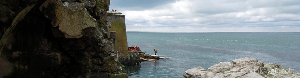 Kayaks de randonnée en mer, étape à l'ile Saint-Marcouf.