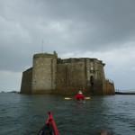 Randonnée en kayak de mer, devant le château du Taureau