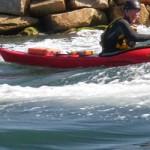 Jef surfe en kayak à Berder