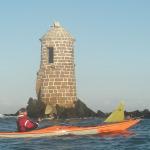 En kayak de mer, devant la balise-refuge du plateau des Duons.