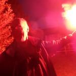 Jef Delcamp teste un feu à main lors d'un stage sécurité avec Christian Scalbert