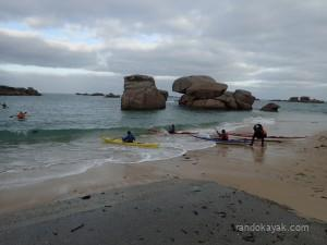 Une kayakiste en hypothermie, les secours partent dare-dare en kayak de mer.