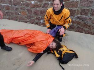 Exercice de secourisme, simulation de prise en charge d'une kayakiste souffrant d'hypothermie.