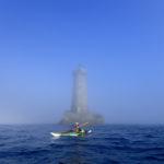 En kayak de mer dans la brume.
