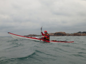 Jef en kayak de mer de randonnée en route pour les 7 îles.
