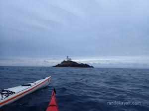 Balade en kayak de mer, à l'approche du phare de Tévennec.