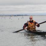 Stage à l'Île-Tudy en 2016, Jef en kayak inuit avec une pagaie groenlandaise - photo de Jean Drouglazet.