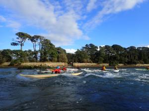 Surf sur la vague de Berder lors de notre randonnée en kayak de mer dans le golfe du Morbihan.
