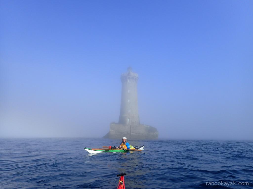 Le phare du Four nous apparait dans la brume, en kayak de mer entre Stagadon et l'archipel de Molène.