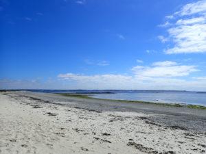 La plage est de Béniguet, avec Le Conquet au loin.