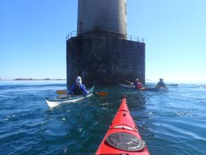 En kayak de mer au pied du phare de Kéréon.