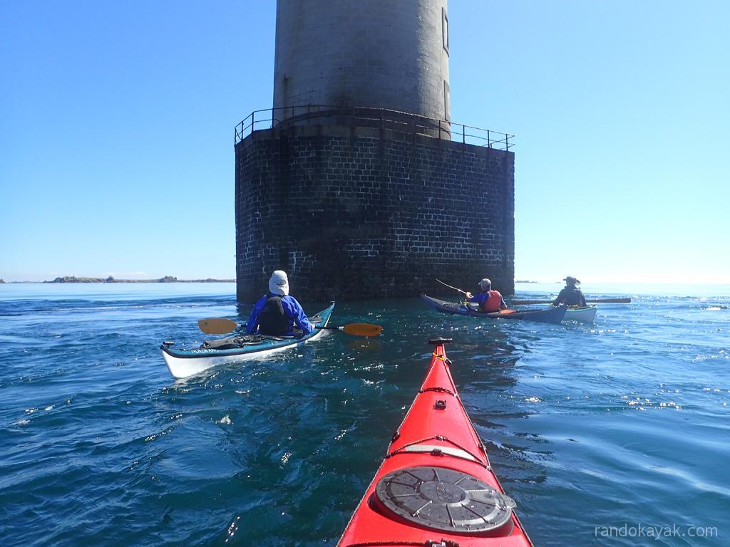En kayaks de mer, au pied du phare de Kéréon.
