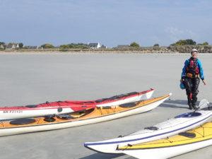 Stage pagaie bleue de kayak de mer avec Agnès Penisson.
