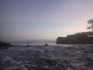 Kayak de mer sur la vague de Berder au lever du jour