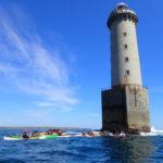 Encadrement de randonnée en kayak de mer, au pied du phare de Kéréon.