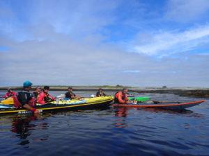 Encadrement de randonnée en kayak de mer, regroupement au sud de l'île de Trielen, dans l'archipel de Molène.