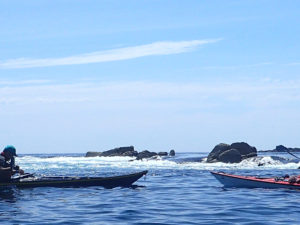 Nos kayaks de mer de randonnée devant une marche à Bannec, la marche est constituée par le courant de flot.