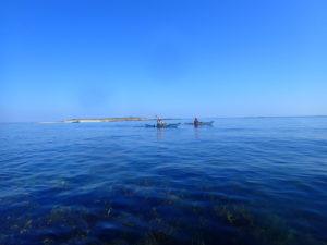 Randonnée en kayaks de mer entre Quéménès et son lédénez, dans l'archipel de Molène.