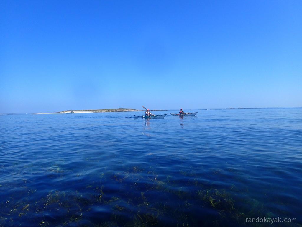 En kayaks de mer entre Quéménès et son lédénez, dans l'archipel de Molène.