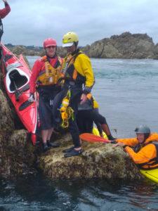 Lors de notre stage de kayak de mer, nous débarquons a 6 sur le récif, photo de Jean Marc Terrade.