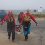 Tour de Bretagne en kayak de mer, 26 juillet, joyeux portage à Penthièvre, Photo de Pascal Jouneau.
