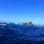 Armel joue en kayak de mer dans le Raz de Sein.