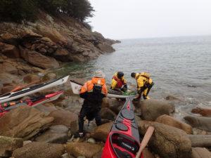 On porte les kayaks de mer de randonnée, lors de notre balade au phare du Millier.