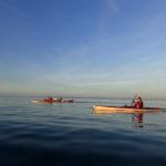 En kayak sur une mer lisse comme un miroir