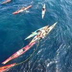 Annick aide Guénolé a remonter dans son kayak