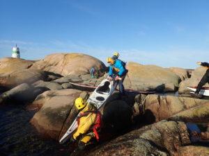 débarquement d'un kayak de mer sur l'îlot de Byxeskären (Suède)
