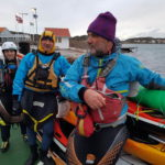 sur la navette, Jean Marc, Saraillou et Séverine veillent sur une pile de 4 kayaks - photo de Stéfan