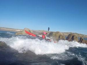 Loup fait du rockhopping en kayak de mer - photo de Christophe Lebranchu